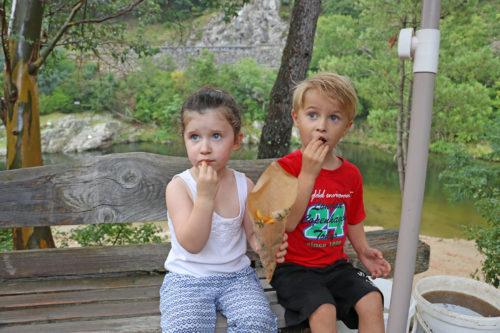 gouter-enfant-bord-de-riviere-ardeche
