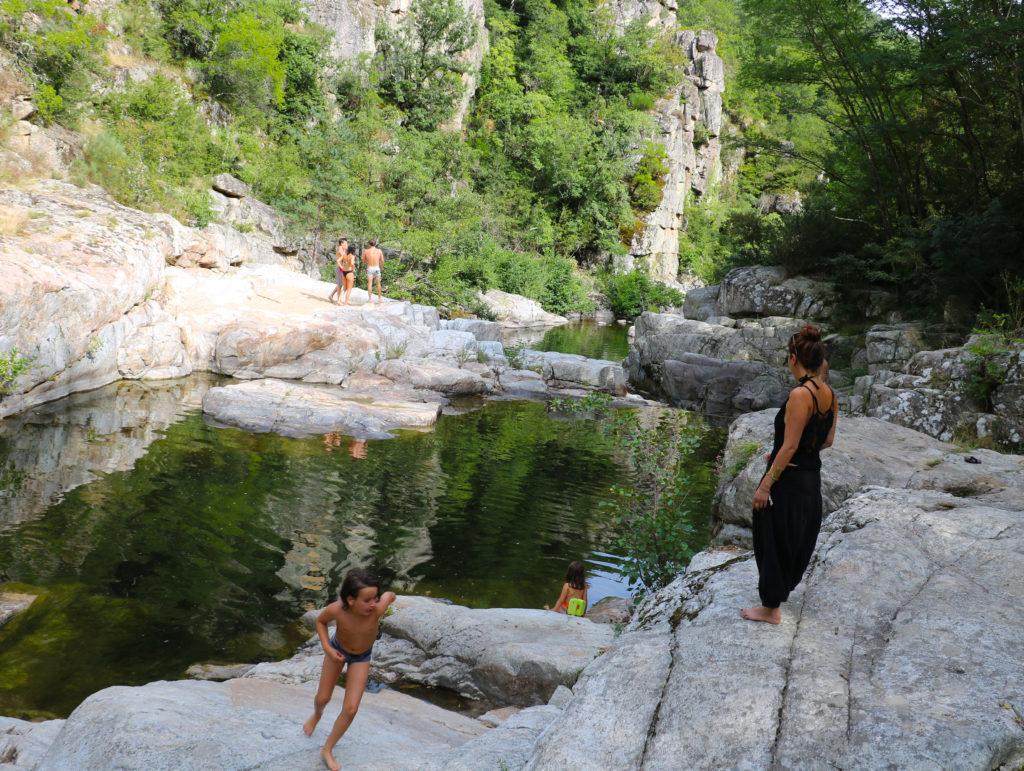 Baignade dans la Glueyre, Ardèche tourisme, vacances