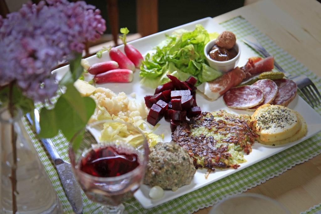 Kastanjes, caillettes (lokale paté), vleeswaren, picodon (lokale geitenkaas): de regionale gastronomie