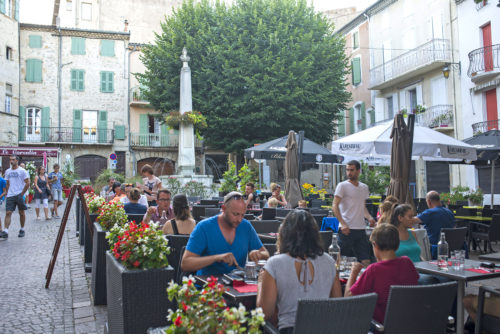 repas-terrasse-restaurant-centre-ardeche