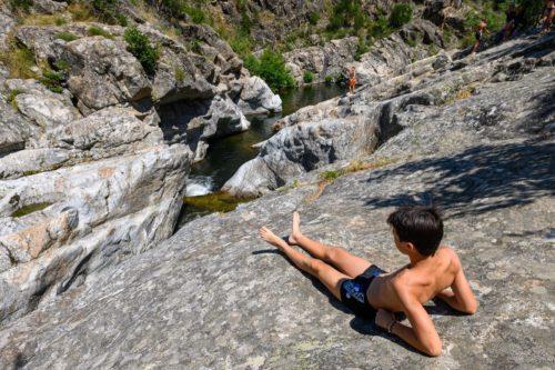 En Ardèche, la baignade est un plaisir incontournable pendant les vacances.